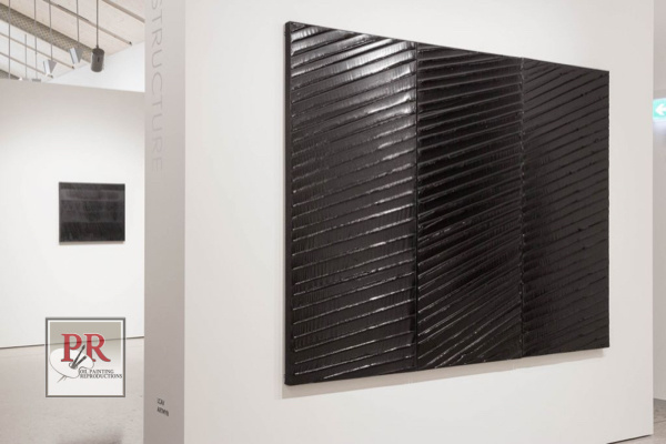 Tableau vu au mur, avec reflets dans une galerie
