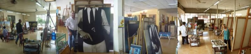 Vue de l'atelier avec les peintres au travail et quelques exemples de tableaux